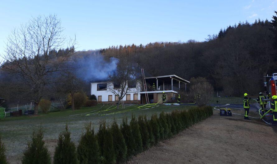 Gebäudebrand mit Menschenleben in Gefahr