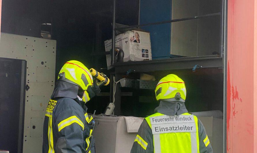 Maschinenbrand in Lagerhalle