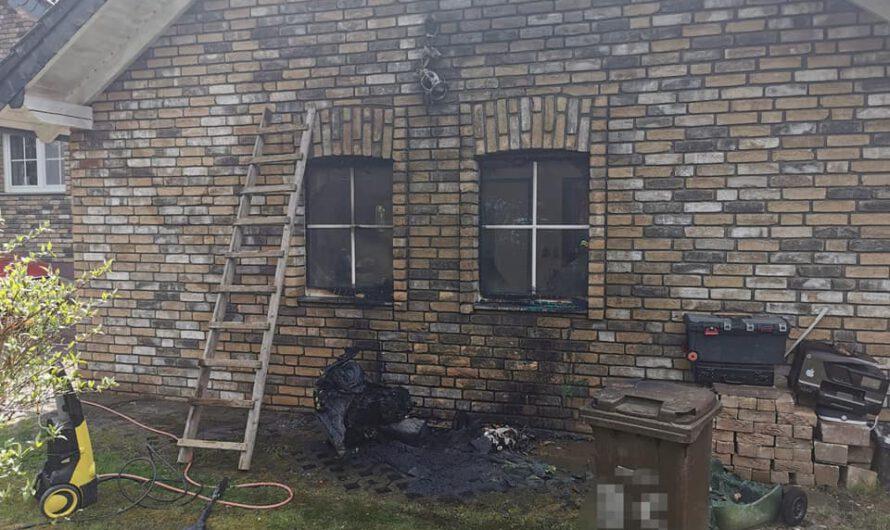 Brennende Mülltonnen am Gebäude